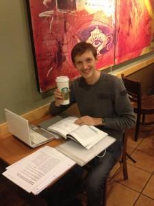 Ich bei Starbucks mit meinen Unterlagen
