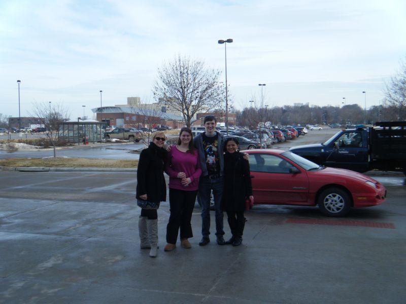 Verena, Morgan, ich und Rubenia. Kurz vor der Abfahrt auf dem Platz vor der Mammel Hall.