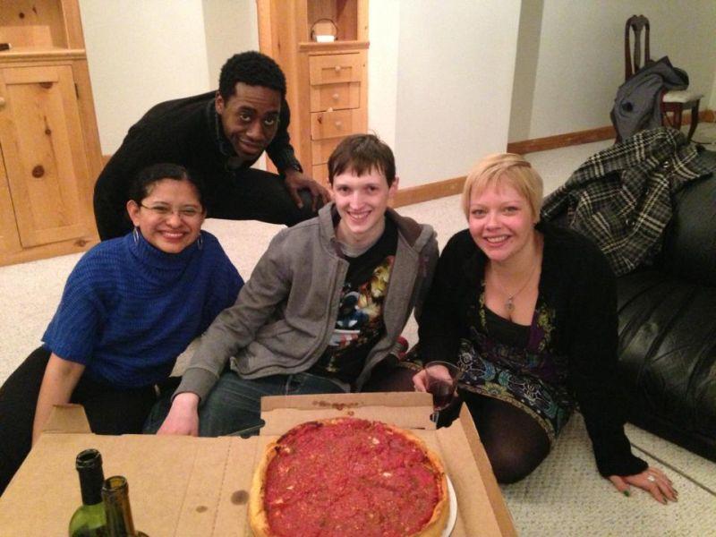 Deep Dish Pizza. Rubenia, Brian unser Gastgeber, ich und Verena.