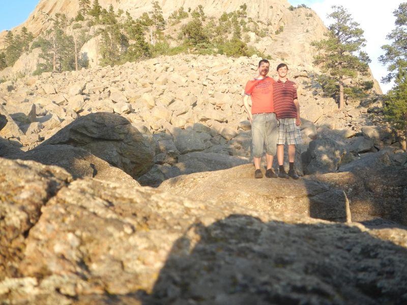 Flo und ich am Fuße des Devils Towers.