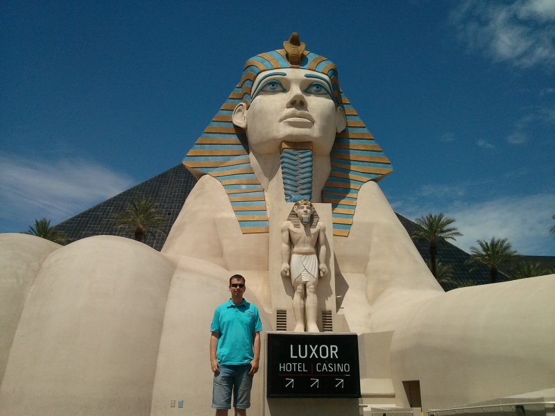 Flo vor dem Luxor Hotel