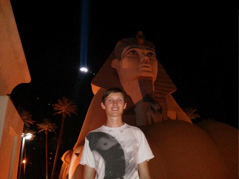 Ich vor dem Luxor Hotel