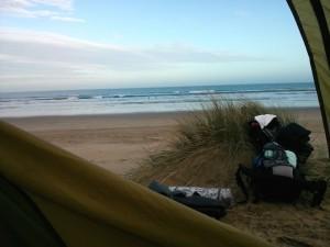 Der Blick aus dem Zelt, direkt aufs Meer.