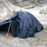 Mit Teichfolie haben wir das billige Zelt gegen Regen geschützt.